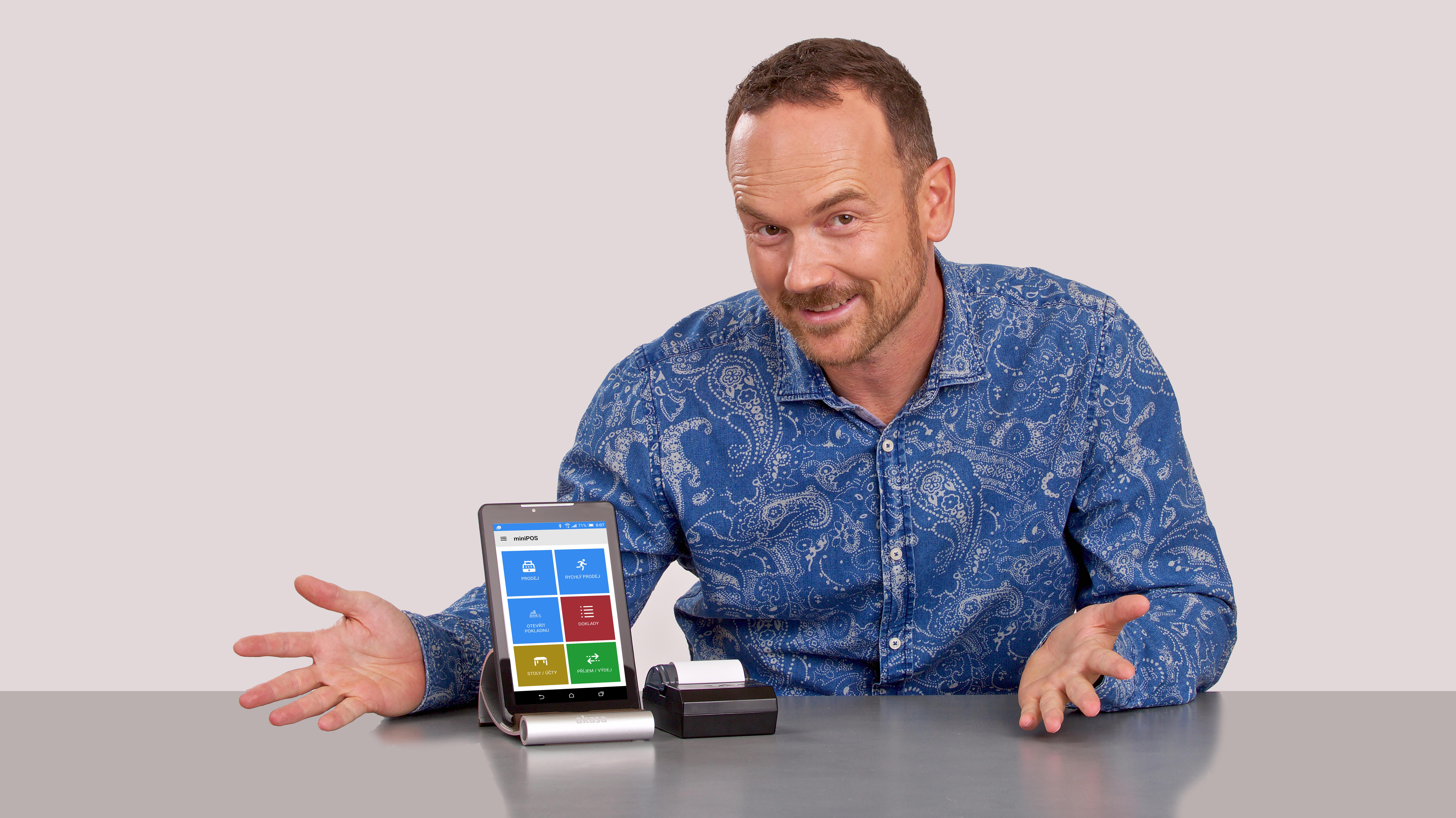 Pokladní systémy miniPOS postavené na Androidu. Martin Pavlík a tablet s aplikací miniPOS.